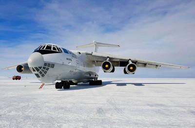 Antartide atterraggio  grande cargo Ilyushin-76