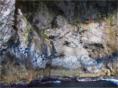 Antonioli_e_Merizzi_in_arrampicata_per_il_campionamento_del_deposito_fossile,_freccia_rossa.jpg
