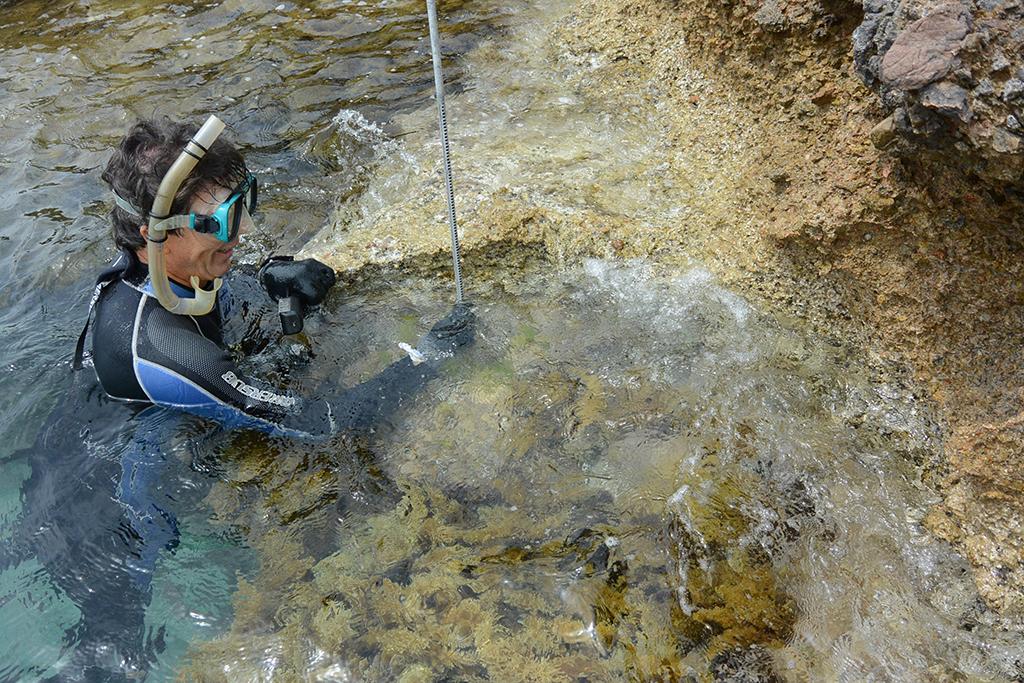 Misura di una mola sommersa presso la cava di Sant Elme (Maiorca) Spagna