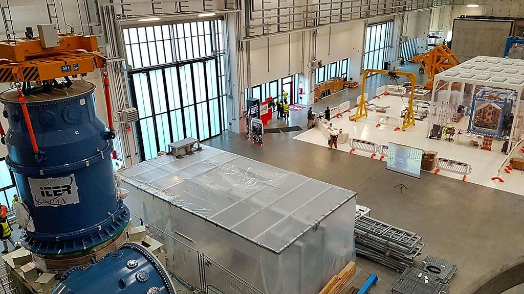 Vista dall'interno dell'edifico 1 di NBTF. A sinistra l'high voltage bushing di MITICA, il prototipo a grandezza reale dell'iniettore di neutri di ITER, in volo per raggiugere la sua posizione finale.