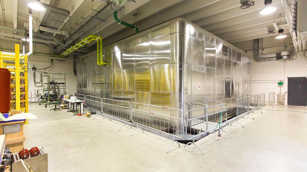 High-voltage deck di SPIDER alla potenza di 100 kV. Al suo interno contiene gli alimentatori ed è collegato alla sorgente di ioni negativi attraverso una linea di trasmissione in rame
