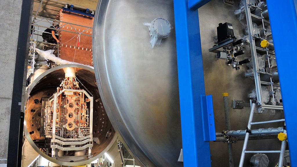 Scintillante nella sua straordinaria complessità è la sorgente di ioni negativi di SPIDER installata all'interno della sua camera da vuoto