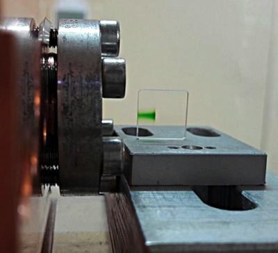 """Cristallo di fluoruro di litio posto all'uscita dell'acceleratore TOP-IMPLART al termine dell'irraggiamento. La colorazione dovuta alla formazione locale di """"difetti"""" rende visibile la curva di Bragg"""