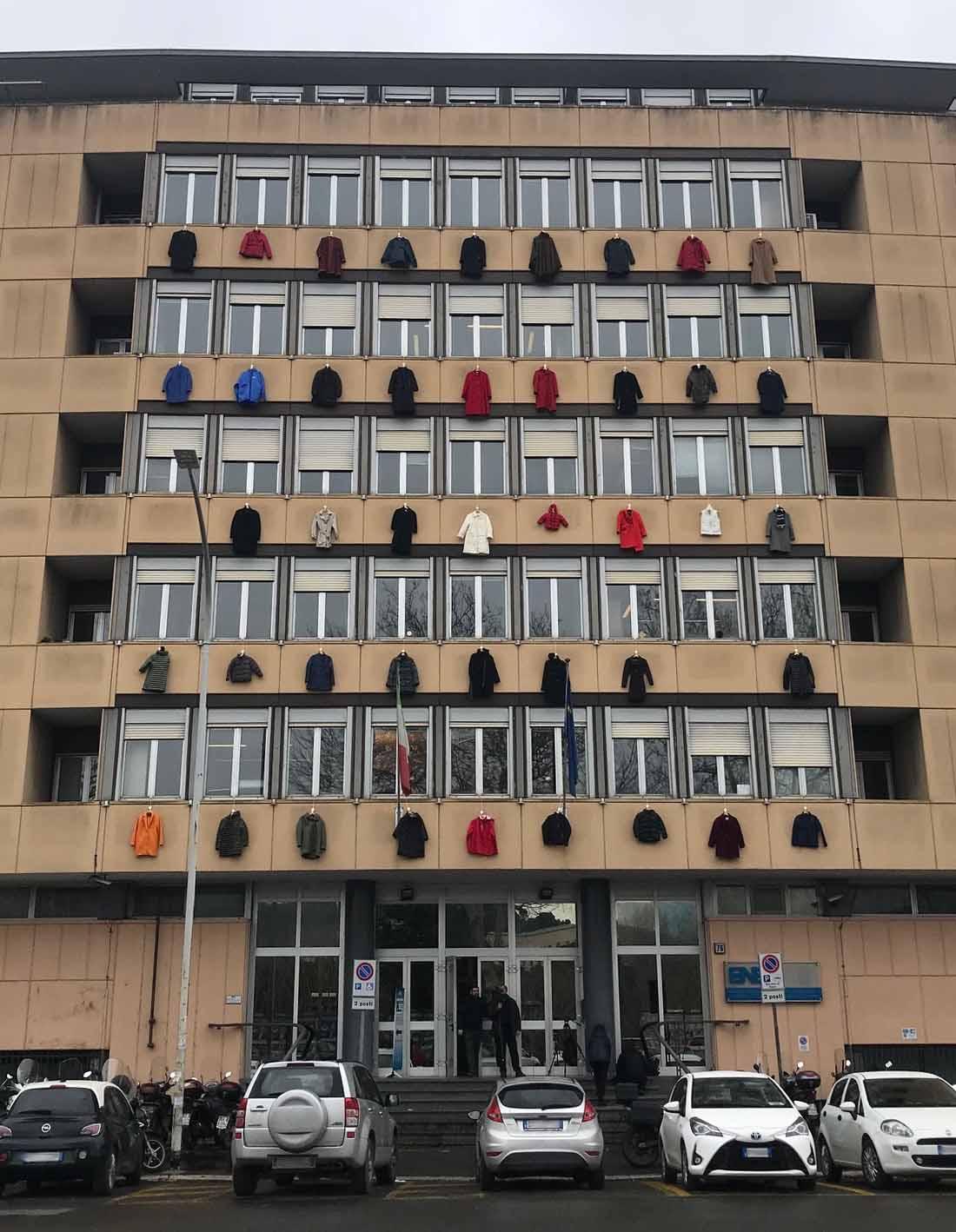 Cappotti appesi alle finestre ENEA campagna ecobonus condomìni