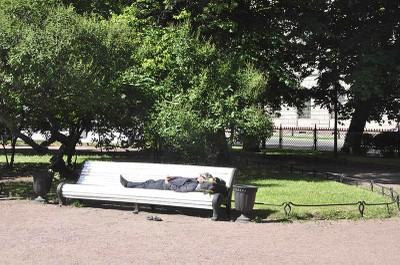 persona sdraiata su una panchina
