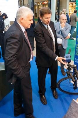 Ambiente: ENEA presenta il primo misura-smog portatile per bici e passeggino
