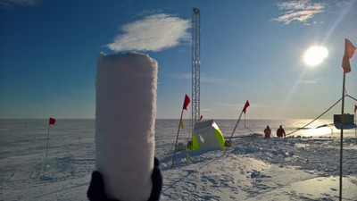 Jan-Tell_AWI_Ice-core-sample.jpg